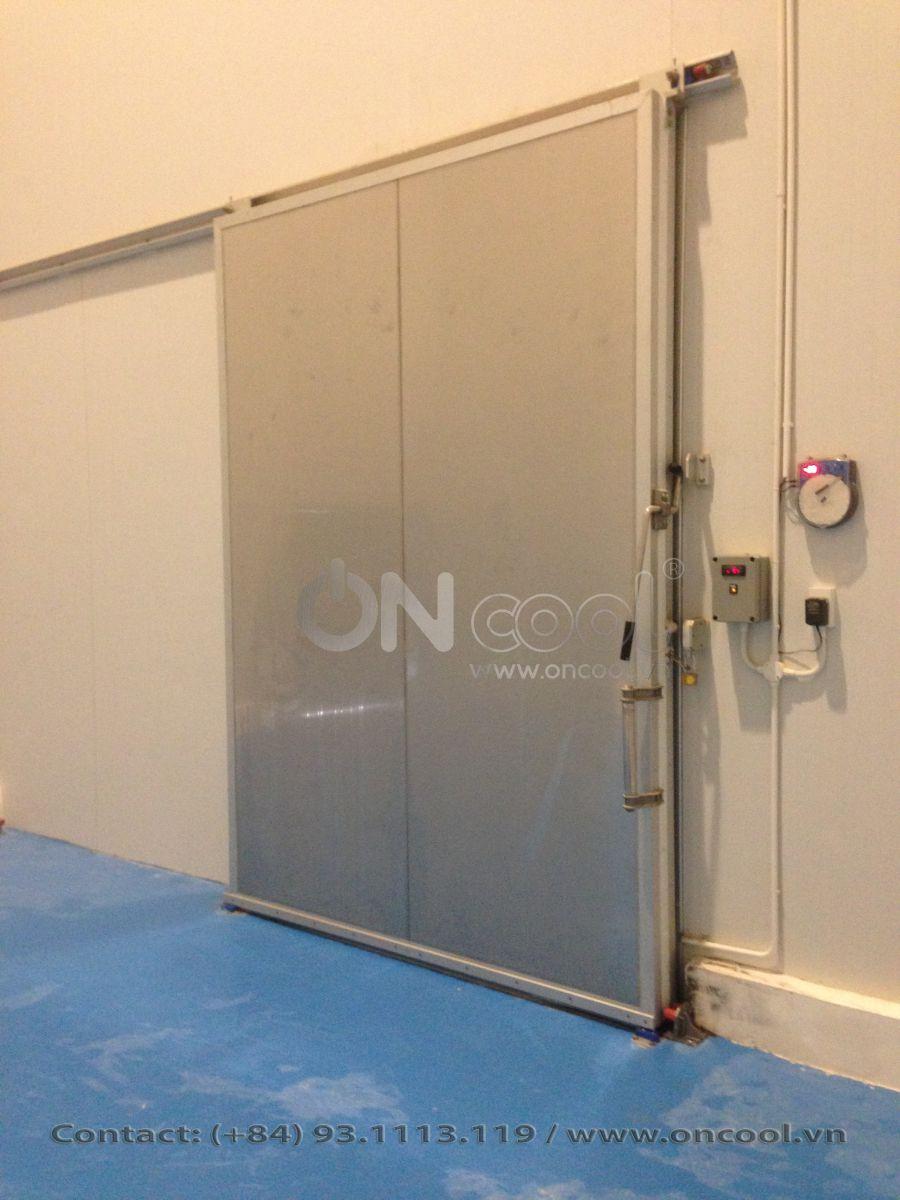 Hoàn thành khung kho lạnh và lắp đặt cửa kho lạnh